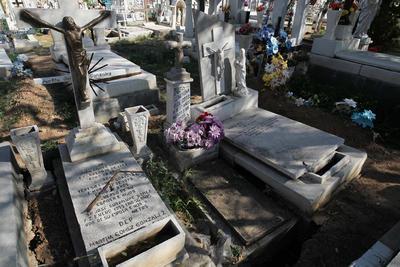 El abandono de las tumbas es una circunstancia común, por lo que son los empleados municipales son quienes asumen la reparación o medidas de resguardo, para evitar accidentes.
