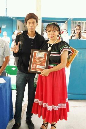 26102016 ALUMNO DESTACADO.  Jonathan Jared Guerra Hernández, estudiante del CBTIS 159 de Cuba, Durango, representará a su entidad en el Concurso Nacional de Pintura, que se llevará cabo en Pachuca, Hidalgo, el mes próximo.
