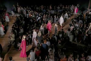 26102016 Modelos lucen prendas de la firma Reinaldo Lourenço durante la Semana de la Moda de Sao Paulo.