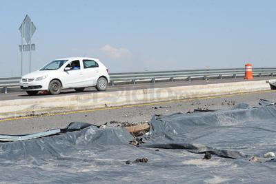El puente registró daños al desmoronarse su base.