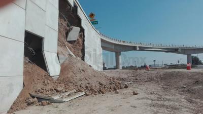 Por causas desconocidas, se deslizaron las placas de concreto que retenían el material de la base, por lo cual ésta presentó desgajamientos.