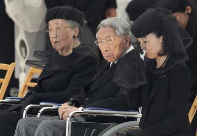 TOKIO (JAPÓN).- Fotografía de archivo del 17 de junio 2014, que muestra a la princesa japonesa Akiko (d), junto al príncipe Mikasa (C), y su esposa, la princesa Yuriko (i), durante el funeral del príncipe Katsura en el cementerio Toshimagaoka en Tokio, (Japón). Según informes de prensa, el 27 de octubre el año 2016, el príncipe Mikasa murió a la edad de 100 años en el Hospital de Tokio. EFE