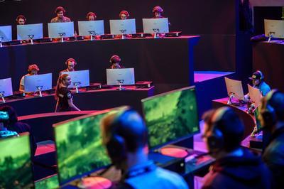 PARÍS (FRANCIA).- Visitantes asisten a la inauguración de la Semana de los Videojuegos de París, el cual se lleva a cabo hasta el próximo lunes. EFE