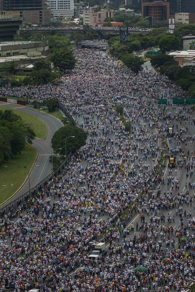 """CARACAS (VENEZUELA).- Vista general de la multitudinaria manifestación, denominada """"Toma de Venezuela"""", organizada por la alianza opositora y que reunió a decenas de miles de personas en Caracas (Venezuela). La Mesa de la Unidad Democrática (MUD) convocó a una huelga general de 12 horas el próximo 28 de octubre en todo el país, así como a una manifestación hacia el palacio presidencial el 3 de noviembre. EFE"""