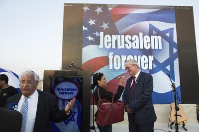 """JERSUALÉN (ISRAEL).- El asesor de Trump en Israel David Friedman (i) y el jefe republicano fuera de Israel Marc Zell (d) atienden a los medios durante el acto de campaña """"Jerusalem forever"""" (lit. Jerusalén para siempre) en el Monte Sion, en Jerusalén (Israel). EFE"""