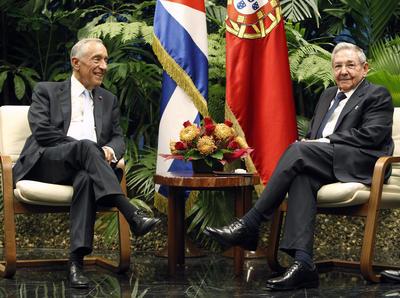 LA HABANA (CUBA).- El presidentes de Cuba, Raúl Castro (d), posa junto a su homólogo de Portugal, Marcelo Rebelo de Sousa (i), antes de una reunión en La Habana (Cuba). EFE