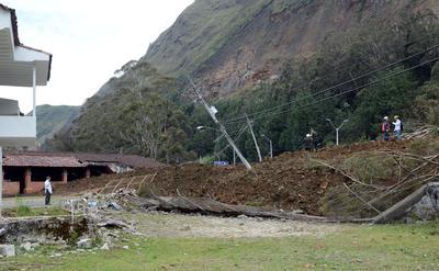 """EL CABUYAL (COLOMBIA).- Fotografía de la zona donde ocurrió un derrumbe en Medellín (Colombia). La cifra de muertos a causa de un derrumbe ocurrido hoy en el sector de El Cabuyal, de la vía Medellín-Bogotá, en el noroeste de Colombia, ascendió seis, informaron fuentes oficiales. """"El reporte inicial que tenemos de esta emergencia da cuenta de seis personas fallecidas, que se encuentran en proceso de rescate"""", declaró el director del Departamento Administrativo del Sistema para la Prevención, Atención y Recuperación de Desastres de la Gobernación de Antioquia (Dapard), Mauricio Parodi. EFE"""