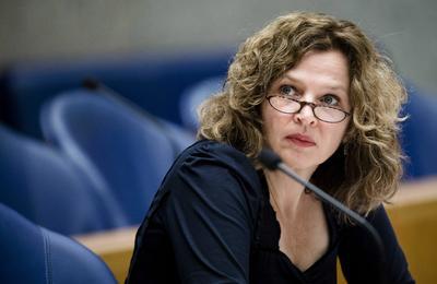 """LA HAYA (HOLANDA).- La ministra holandesa de Sanidad, Edith Schippers, fotografiada en el Parlamento antes de un debate sobre la propuesta del Gobierno holandés a la cámara para ampliar los supuestos en los que se puede aplicar la eutanasia, despenalizada en Holanda desde 2002, en La Haya, Holanda. La propuesta, auspiciada por la ministra holandesa de Sanidad, Edith Schippers, y por el ministro de Justicia, Ard van der Steur, propone otorgar el derecho a la eutanasia a personas que, aunque no estén enfermas, sientan que """"ya no tienen más perspectivas en la vida"""" y """"han desarrollado un deseo de morir persistente y activo"""". EFE"""