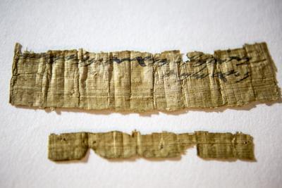 """JERUSALÉN (ISRAEL).- Vista de un raro documento saqueado por ladrones de antigüedades del interior de una cueva en el desierto de Judea, durante su presentación ante la prensa en el museo de la Autoridad de Antigüedades de Israel (IAI) en Jerusalén (Israel). El documento, escrito en hebreo antiguo, reza """"Desde la sierva del rey, desde Na'arat, jarras de vino, a Jerusalén"""" y data de la época del reino de Judá (primer Templo de Jerusalén, siglo VII antes de Cristo). EFE"""