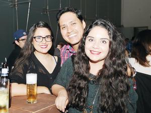 27102016 DIVERTIDA VELADA.  Paloma, José y Vania.