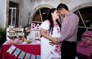 27102016 FELICES.  Mónica García Estrada con su esposo, Isaías Arciniega.
