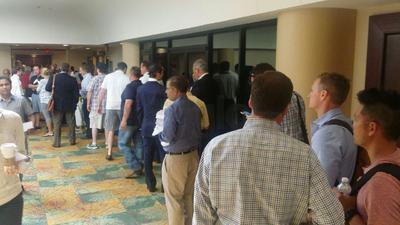 La subasta inició 15 minutos después de lo programado dada la larga fila para registrarse.