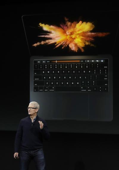 """Su innovador diseño contiene una franja táctil interactiva y personalizable, colocada en la parte superior del teclado, denominada """"Touch Bar""""."""
