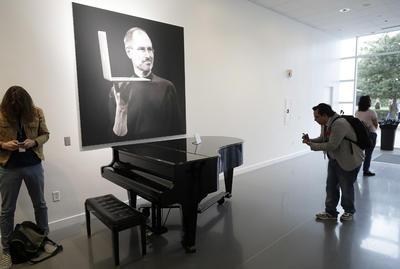 La compañía, siempre recordando a mente creativa Steve Jobs.