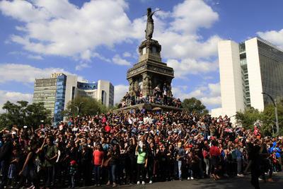 Desde niños hasta adultos mayores, así como extranjeros, se unieron para seguir este gran espectáculo que inició en el Ángel de la Independencia.