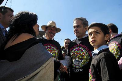 El jefe de Gobierno de la Ciudad de México, Miguel Ángel Mancera Espinosa, en compañía del secretario de Cultura capitalino -sombrero- en la inauguración de la exposición monumental de las tradicionales ofrendas del Día de Muertos organizada por la artista plástica Betsabeé Romero -de espaldas- en el Zocalo capitalino.