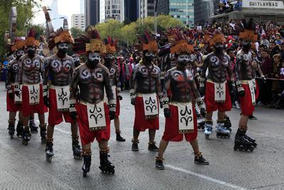 A lo largo de 683 metros, en el desfile participaron mil 28 voluntarios, 40 danzantes tradicionales, tres marionetas gigantes, 30 marionetas, tres alebrijes, dos mojigangas, un monolito, dos carros empujables, un carro alegórico y seis grupos musicales.
