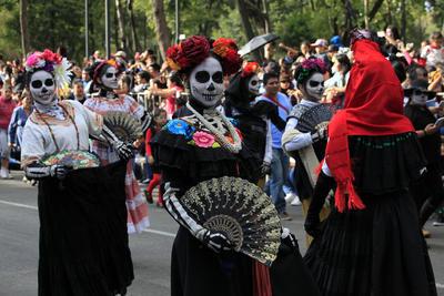 La segunda parte continuó con mujeres vestidas de novias, otras vestidas de negro y cantando, acompañadas por carros alegóricos que traían algunos a la propia muerte.