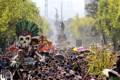 El Desfile del Día de Muertos rebasó las expectativas al convocar a miles de personas a lo largo del recorrido del Ángel de la Independencia al Zócalo capitalino