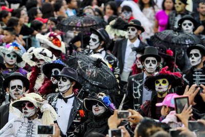 Miles de hombres disfrazados de catrines llamaron la atención de los asistentes.