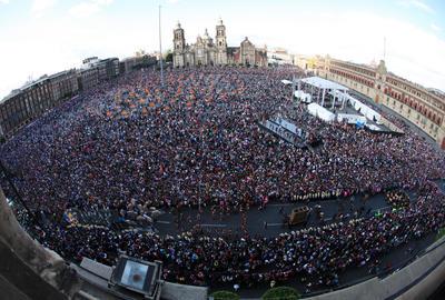 Vista del Zócalo de la Ciudad de México en  inicio de la celebración del Día de Muertos.