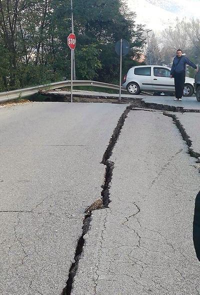 En declaraciones a la radio, el alcalde de Castelsantangelo dijo que se abrió una grieta.