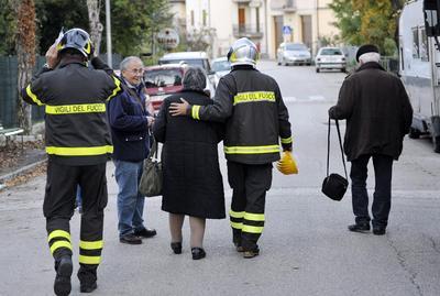 Por su parte, las autoridades de Pesci, Norcia y Cascia aseguraron que hubo derrumbes por doquier y que el humo y el polvo invadían la zona.