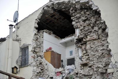 Los medios informaron sobre varios derrumbes en diversas localidades, entre ellos el de la catedral de Norcia, en cuyo interior aparentemente había al menos 30 personas.