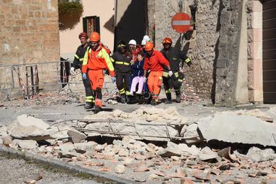 El temblor también se sintió en Roma, donde cientos de personas salieron a las calles y fue interrumpido el servicio del metro.