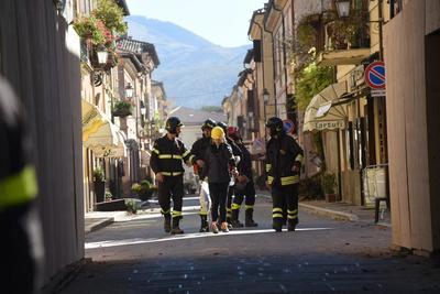 Portavoces del cuerpo de bomberos dijeron que la situación no era clara, pero que tras el sismo se alzó una nube de polvo en Norcia, Cascia y Preci.