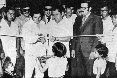 30102016 En la inauguración de una exposición artesanal, el alcalde de Torreón, José Solís Amaro, acompañado por el Lic. Portilla, C.P. José Mesta y Jesús Reyes, el 25 de junio de 1973.