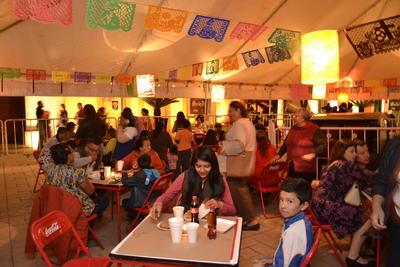 En el lugar hubo espacio para la comida. Aunque inicialmente se anunció como una muestra gastronómica donde se podrían degustar diversos platillos mexicanos, terminó por ser una cenaduría con costo por servicio.