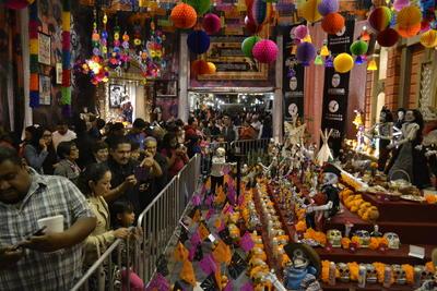 En su interior se pudieron observar decenas de calacas, catrinas y catrinos disfrazados de indios, vaqueros y personajes del Viejo Oeste, así como carrozas clásicas y cientos de flores de cempasúchil.