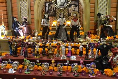 La inauguración del Altar Monumental, el desfile y concurso 'Caminata de las calaveras' y diversas actividades artísticas se vivió el fin de semana en el Centro Histórico de la capital.