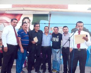 30102016 EMOTIVA CEREMONIA.  Juan César Hernández celebró recientemente su jubilación. En la imagen, lo acompaña el equipo de futbol Los Toronjones de la Secundaria General #8.