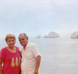 30102016 Martha Alicia García de Muñoz y Fernando Muñoz Olvera celebrando 53 años de casados en las playas de Mazatlán, Sinaloa.