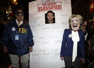 El escándalo de los correos de Hillary Clinton llegó a los disfraces del desfile.