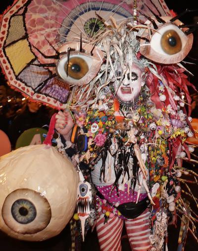 Lo participantes se lucieron con elaborados disfraces de Halloween.