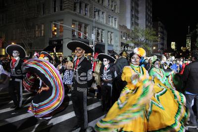 Fue visible la presencia de disfraces inspirados directamente de la tradición mexicana del Día de Muertos, con catrinas y calaveras resaltando entre la multitud.