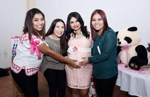 01112016 BABY SHOWER.  Abril López Córdova en la fiesta de canastilla que le organizaron recientemente. En la imagen, la acompañan Lily, María Isabel e Ivonne.