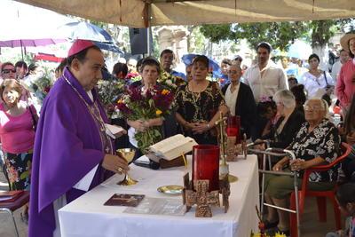El arzobispo monseñor José Antonio Fernández Hurtado estuvo presente durante el Día de Muertos en el panteón de Oriente.