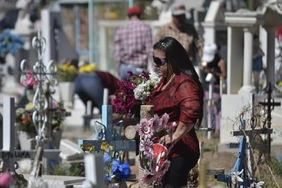 El administrador del cementerio, Jesús de la Torre Torres, informó que desde el fin de semana es observó una afluencia considerable de visitantes; desde el domingo a martes hicieron su arribo 10 mil personas cada día.