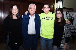 04112016 Vicente Barragán con sus nietos Sofía, Victoria y Vicente.