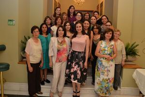 04112016 SE CASA EN BREVE.  Alejandra Máynez en compañía de las invitadas a su despedida.