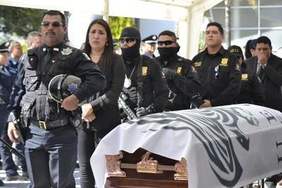Elementos de la Dirección Estatal de Investigación montaron guardias de honor.