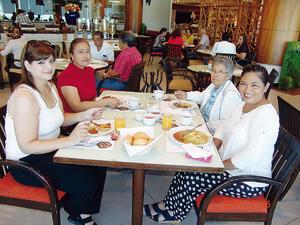 05112016 UN RICO DESAYUNO.  Carolina, Norma, Esther y Cecilia.