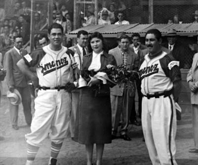 06112016 Equipo Furia Roja de Jiménez, Chihuahua, acompañados por su madrina, Esperanza Fernández Márquez, en la decada de los 50.