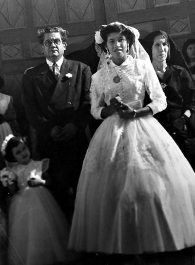 06112016 Srita Juanita Mestas acompañada de sus padres, Sr. Valente Enríquez Ramírez y Sra. Juanita Mestas, el 17 de septiembre de 1953, afuera del Templo de la Virgen de Guadalupe en San Juan de Guadalupe, Durango.