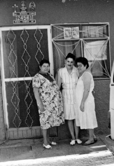 06112016 Graciela Lara de Rivera y sus hijas, Juana Graciela y Alejandra Rivera Lara, hijas del señor José Luis Rivera Chairez, en 1982.