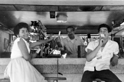 06112016 María de Jesús Oviedo con su esposo, Juan Vicente Méndez Ibarra, en la Alameda en 1955.